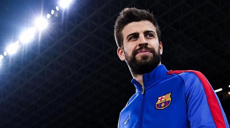 Gerard Piqué enseña su mando personalizado del Barça para PES 2018